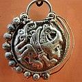 02016 0961 Silberne Ohrgehänge beim Grab mit Steinsetzung aus dem Friedhof von Trepcza-Sanok.JPG