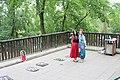 114 Beroun pod Městskou horou děvčata s obleky.jpg