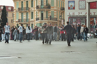 """2006 youth protests in France - In Cannes, on 31 March, a few hundred youths blocked the important junction """"Place du 18 juin"""" for 10 to 15 minutes."""