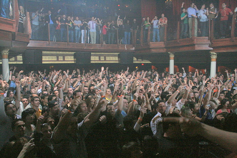 File:2008-03-13 Rave crowd.jpg