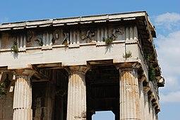 Entablamento que muestra el arquitrabe , el friso con triglifos y metopas y la cornisa saliente