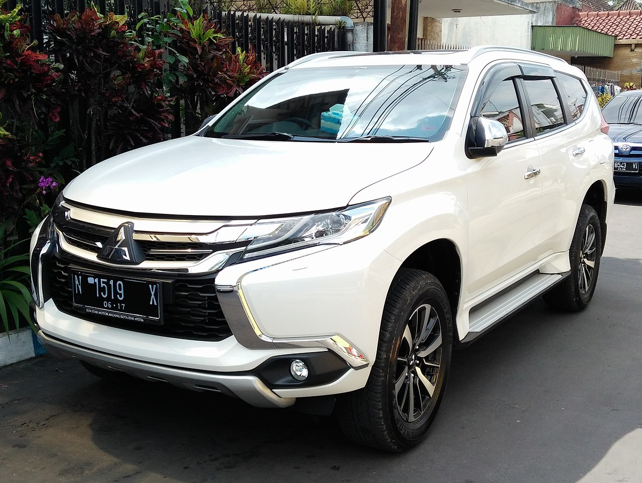 file 2017 mitsubishi pajero sport malang cropped jpg wikimedia commons. Black Bedroom Furniture Sets. Home Design Ideas
