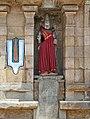 A dressed sculpture at Le temple de Srirangam (Tiruchirapalli, Inde) and on left is Urdhva Pundra.jpg