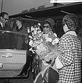 Aankomst Ella Fitzgerald en Oscar Peterson op Schiphol. Ella Fitzgerald met bloe, Bestanddeelnr 916-3489.jpg