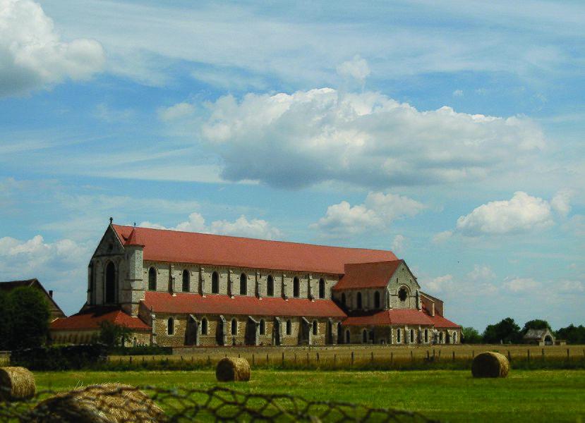 De cisterciënzer abdij van Pontigny - Yonne, Bourgondië - werd gesticht in 1114 door kloosterbroeders van de abdij van Cîteaux. Van het geheel rest nog slechts de abdijkerk. Deze kruisvormige basiliek (L'abbatiale Notre-Dame-et-Saint-Edme de Pontigny) is gebouwd in een overgangsstijl tussen romaans en gotiek; de kloostergebouwen zijn nagenoeg verdwenen.