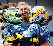 Briatore nel 2006, direttore del team Renault F1, tra i suoi due piloti Giancarlo Fisichella e Fernando Alonso, dopo la doppietta della squadra francese nel Gran Premio della Malesia 2006