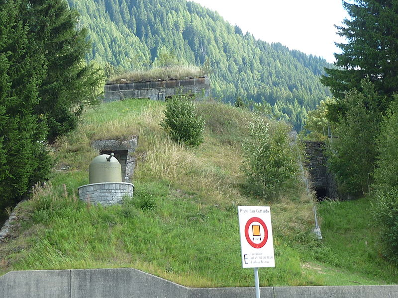 File:Airolo Blockhaus Fahrpanzer.JPG
