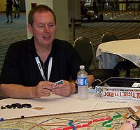 Alan R. Moon intento a giocare una partita a Ticket to Ride