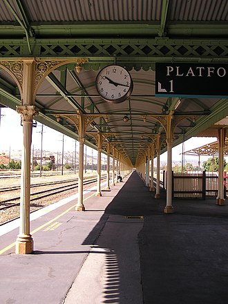 Break of gauge - The break-of-gauge platform for the Sydney–Melbourne railway at Albury station; SG on left; BG on right.