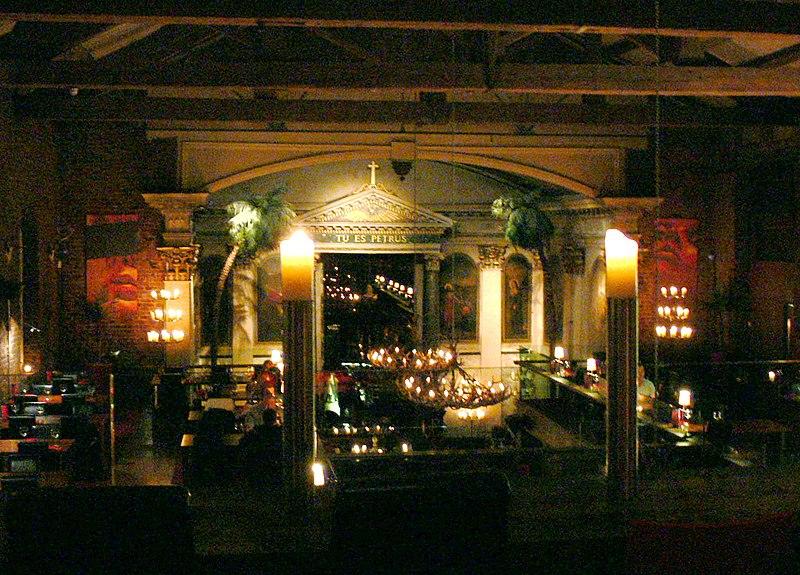 """L'église Saint-Pierre, à Liverpool) est debvenue l' Alma de Cuba, restaurant et bar """"ambiance cubaine"""" . Le bâtiment, construit en 1788, servait d'église jusqu'à sa fermeture en 1978, Alma de Cuba a officiellement ouvert ses portes en Septembre 2005. (Wikipedia)"""