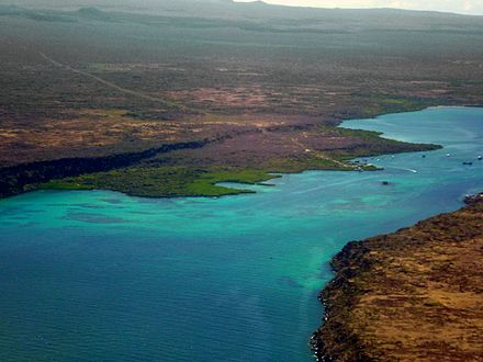 From an aircraft flying out of Baltra Island (on the right) and the Santa Cruz (on the left), the Itabaca Channel is the waterway between the islands. Alvaro Sevilla Design Isla Santa Cruz Galapagos foto tomada desde el avión.jpg