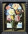 Ambrosius bosschaert il vecchio, mazzo di fiori entro un'arco di pietra aperto su un paesaggio, 1619-21.jpg