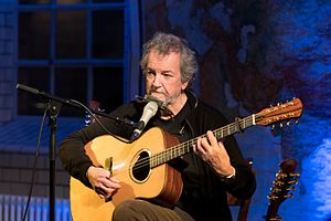 Andy Irvine with guitar-bodied bouzouki at Lottes Musiknacht (27 November 2016)