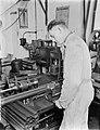 Arbeider in de Leko-fabriek in Utrecht, Bestanddeelnr 252-0470.jpg