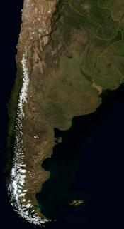 Llanuras en el centro y norte, mesetas patagónicas en el sur, y montañas en el oeste