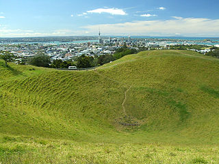 Auckland from Mount Eden By Christian Mairoll [CC-BY-SA-2.5 (https://creativecommons.org/licenses/by-sa/2.5)], via Wikimedia Commons