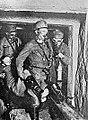 Avstro-ogrski vojak na tirolski frontii odnašajo iz rova na zrak tovariša, ki so ga omamili jamski plini.jpg
