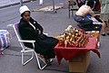 Berlin-Russenmarkt-08-Asiatin mit Matrjoschkas-1993-gje.jpg