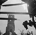Blik op verwoeste kerkotren vanuit een andere verwoest gebouw, Bestanddeelnr 900-7631.jpg