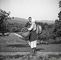 """Bregar Neža, Cerov Log 47 (Kira) ima na hrbtu """"banco"""" (za vodo in vino), v roki pa """"košarno"""" (košaro) z jabolki 1952.jpg"""