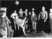 Bundesarchiv Bild 183-A1228-0004-002, Fußballer des TSC Oberschöneweide