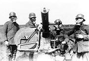 Bundesarchiv Bild 183-R52907, Mannschaft mit Gasmasken am Fla-MG