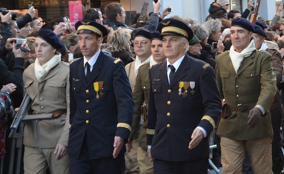 Cérémonie du 70e anniversaire du défilé du 11 novembre 1943 à Oyonnax, le 11 novembre 2013. En uniformes bleus, Henri Romans-Petit et Henry Jaboulay.