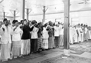 COLLECTIE TROPENMUSEUM Bidstond in de Kwitang moskee te Jakarta naar aanleiding van het overlijden van Mohammed Ali Jinnah de eerste gouverneur van Pakistan (14 september 1948) TMnr 10001269.jpg