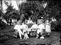 COLLECTIE TROPENMUSEUM Portret van Dr. Theophil Wurth met familie waaronder Adee Arens in de tuin TMnr 10023961.jpg