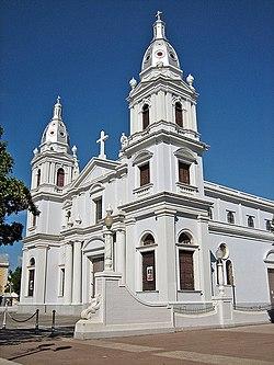Catedral Nuestra Señora de Guadalupe, Plaza Las Delicias, Ponce, Puerto Rico, mirando al noreste (Ponce002).jpg