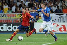 Chiellini (a destra) alle prese con Fàbregas nel corso della finale del campionato d'Europa 2012 tra Spagna e Italia
