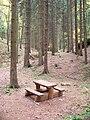 Cinibulkova stezka, rozcestí Kačina, stolek s lavicemi.jpg