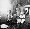 Collectie NMvWereldculturen, TM-60046319, foto 'Man en vrouw bezig met het vlechten van manden', fotograaf niet bekend, 1900-1940.jpg