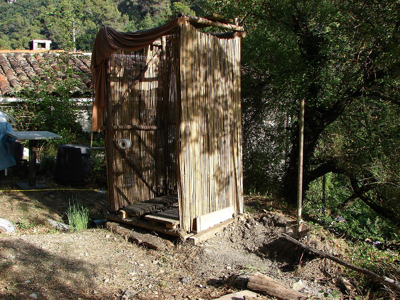 File:Composting toilet Toilettes sèches en plein air WC ecolo Cabane ...