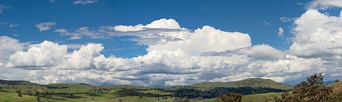 Panorama awan kumulus di Swifts Creek, Victoria