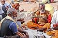 Dévots devant le Ram Raja Temple (Orchha) (8451604116).jpg