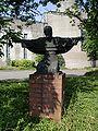 Düsseldorf-Heerdt - Handweiser - Denkmal vor der Bunkerkirche.jpg