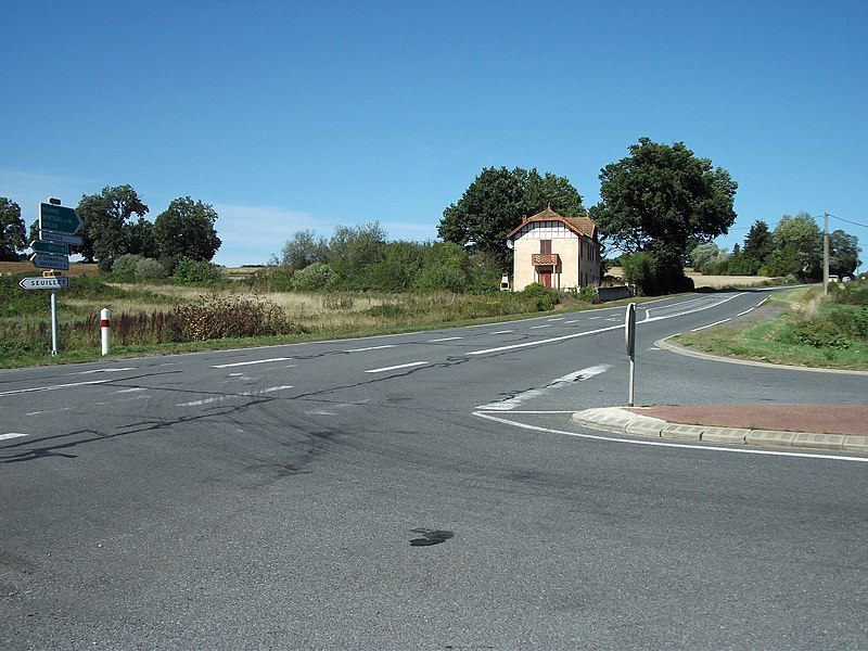 Intersection between departmental roads 907 (Lapalisse) and 490 (Seuillet) [8884]