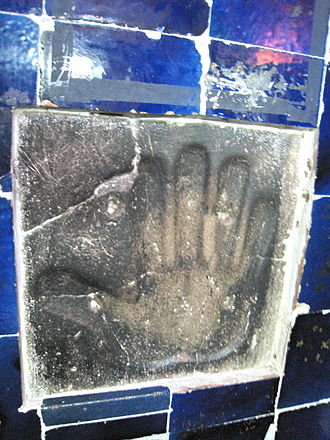 Safi-ad-din Ardabili - An etched figure of a giant hand, in Safi-ad-din Ardabili Mausoleum, showing Twelver Shi'a sign of Panj-tan-e Āl-e Abā
