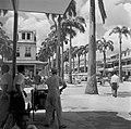 De Maagdenstraat in Paramaribo. Op de voorgrond een man met een drankkarretje, Bestanddeelnr 252-4924.jpg