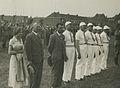 De groep Franse deelnemers op het Molenveld tijdens de vlaggenparade op de maand – F40461 – KNBLO.jpg