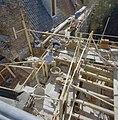 De traptoren tijdens de restauratie- herstel van het ingestorte (zuidelijke) deel, gezien naar het zuidoosten - Nederhemert-Zuid - 20342391 - RCE.jpg