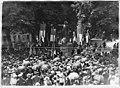 Devant la statue du maréchal de Rochambeau, un orateur au milieu de la foule - Vendôme - Médiathèque de l'architecture et du patrimoine - APD0005475A.jpg