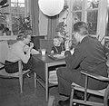 Dhr. en Mevr. Svendsen ontbijten met hun dochter, Bestanddeelnr 252-8737.jpg