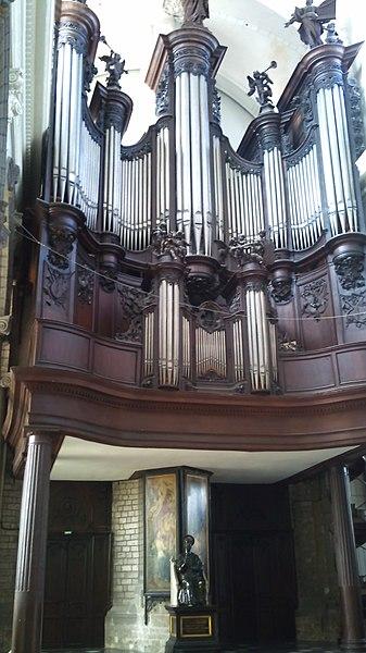 Douai (Nord, France), collégiale Saint-Pierre, dans buffet 1739 d'Antoine Gilis pour l'abbaye d'Anchin, instrument construit en 1914 par Charles Mutin pour le conservatoire impérial de Saint-Pétersbourg, installé à Douai en 1922; restauré en 1957 & 1986 par Jean PASCAL.