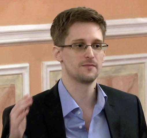 Principios y ética revolucionaria del Nuevo periodismo contemporáneo universal o de Internet - Página 2 509px-Edward_Snowden_2013-10-9_(2)_(cropped)