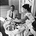 Een heer en een dame op het terras van het Palacehotel aan het Gouvernementsplei, Bestanddeelnr 252-2213.jpg
