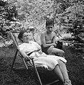 Een jongen en een vrouw in een ligstoel, Bestanddeelnr 191-1124.jpg