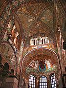 Photo de l'intérieur d'une église richement décorée