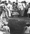 Enterrando a combatiente caído (27523375432).jpg